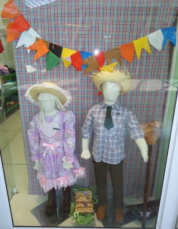 Decorar vitrine de lojas Festa Junina 004