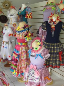 Decorar vitrine de lojas Festa Junina 010