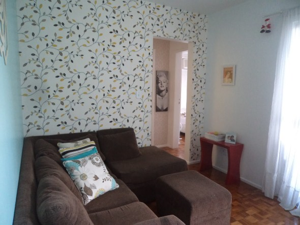 decoracao de sala pequena gastando pouco : decoracao de sala pequena gastando pouco:temos a aplicação de tecidos nas paredes, que são bem fáceis de