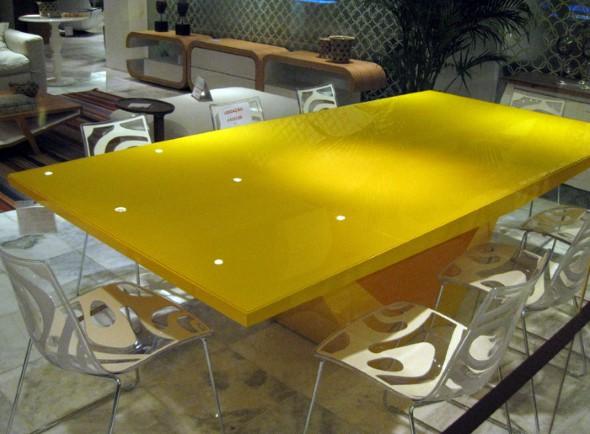 Usar mesas amarelas na decoração 008