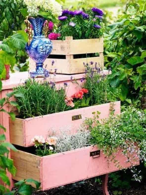 mini jardim reciclado:24 idéias de enfeites para jardins com materiais reciclados