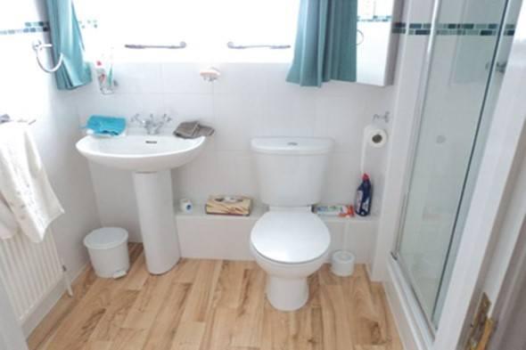 Piso-imita-madeira-no-banheiro-002