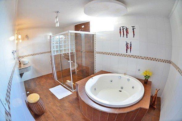 Piso-imita-madeira-no-banheiro-003