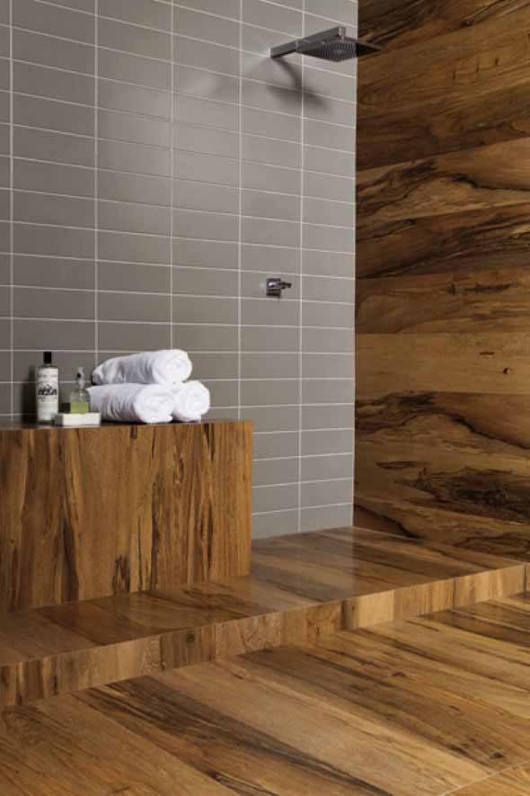 15 pisos que imitam madeira no banheiro e 4 dicas de uso -> Decoracao De Banheiro Com Piso Que Imita Madeira