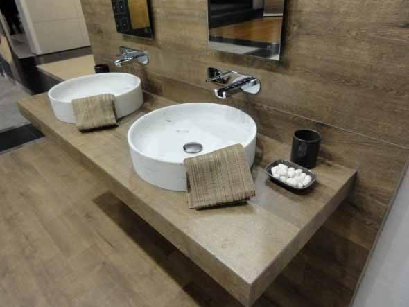 Piso-imita-madeira-no-banheiro-008