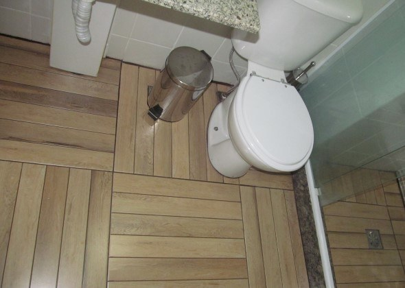 Piso-imita-madeira-no-banheiro-011