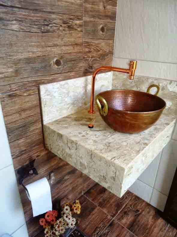 15 pisos que imitam madeira no banheiro e 4 dicas de uso -> Cuba Para Banheiro Rustica