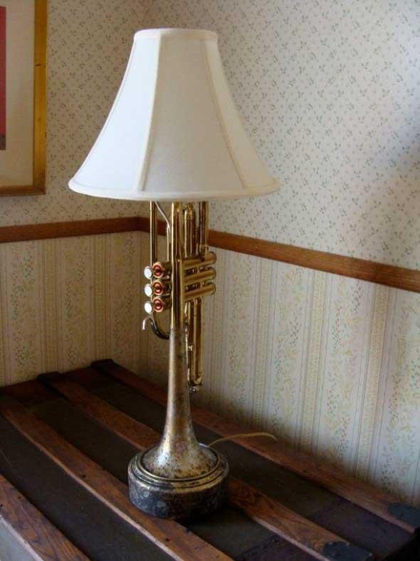 Instrumentos musicais quebrados na decoração 018