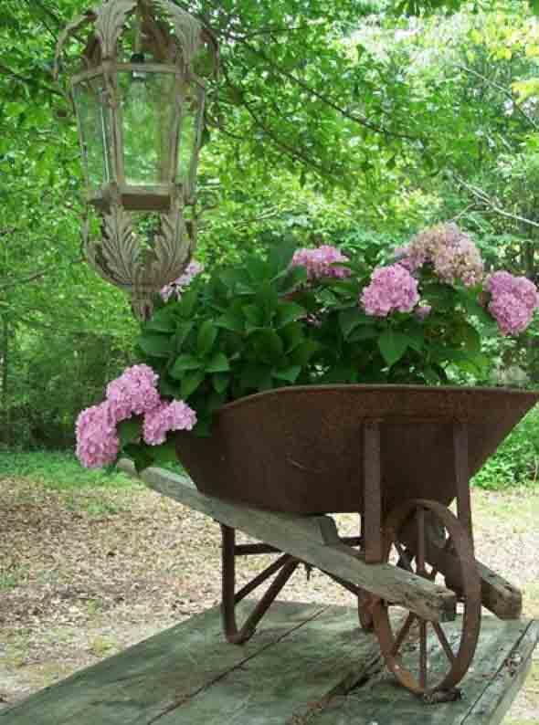 Carrinho de mão na decoração do jardim 002
