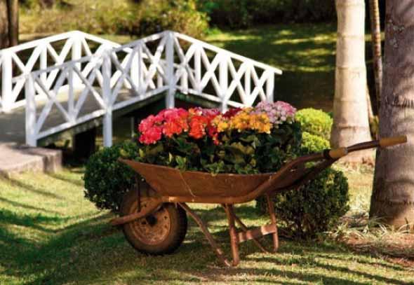 Carrinho de mão na decoração do jardim 004