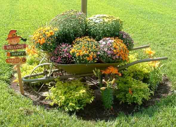 Carrinho de mão na decoração do jardim 005