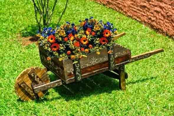 Carrinho de mão na decoração do jardim 006