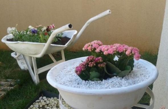 Carrinho de mão na decoração do jardim 009