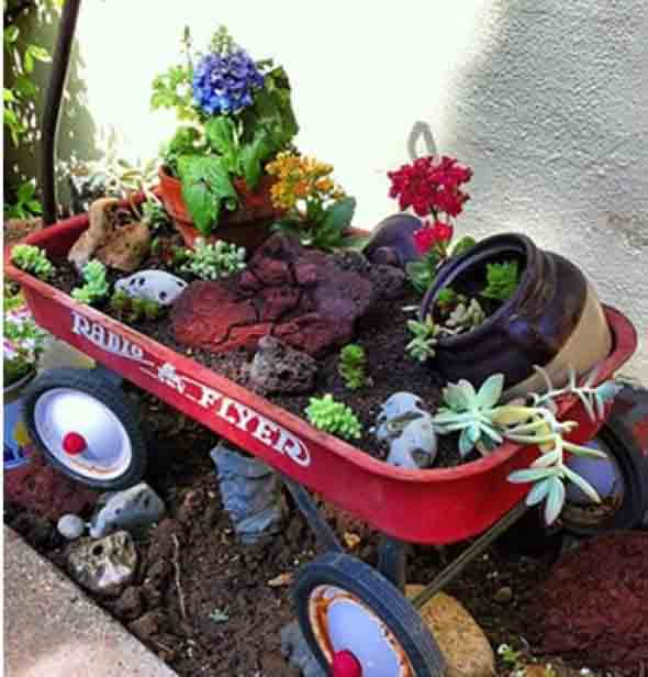 Carrinho de mão na decoração do jardim 010