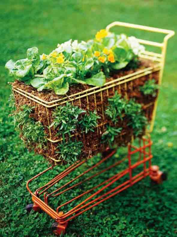 Carrinho de mão na decoração do jardim 013
