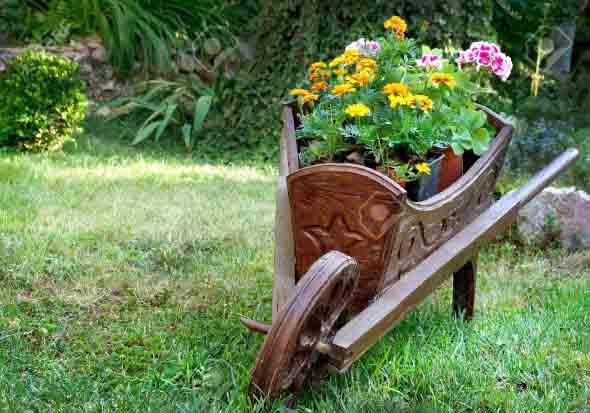 Carrinho de mão na decoração do jardim 014