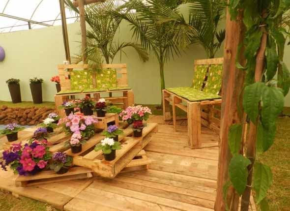 Decoração rústica na varanda e jardim 007