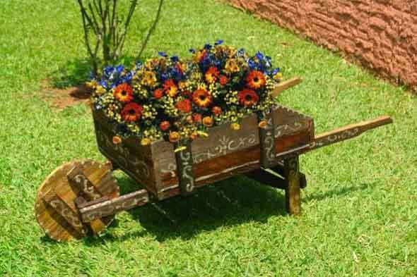 Decoração rústica na varanda e jardim 015