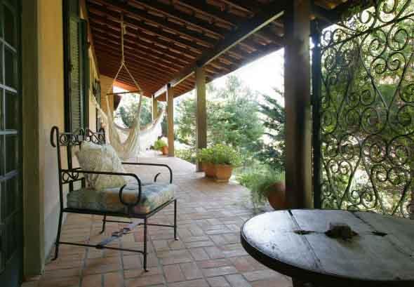 Decoração rústica na varanda e jardim 018