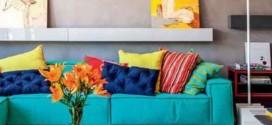 Sala com decoração multicolorida