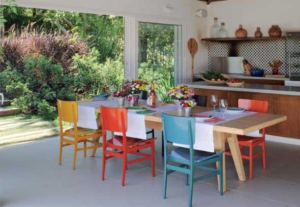 Cadeiras coloridas na decoração 001