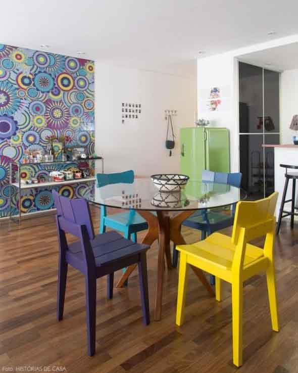 Cadeiras coloridas na decoração 002