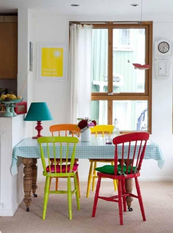 Cadeiras coloridas na decoração 003