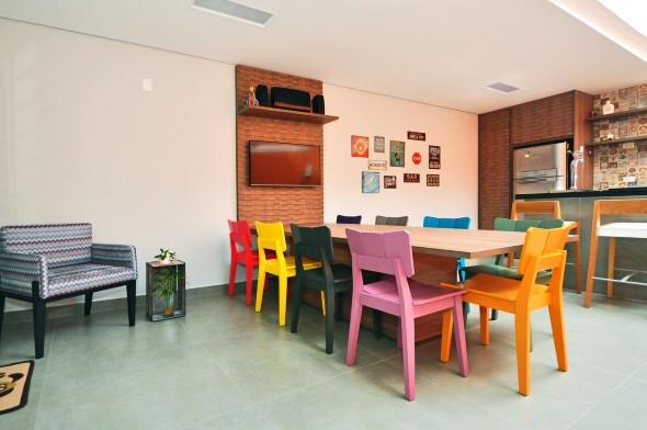 Cadeiras coloridas na decoração 005