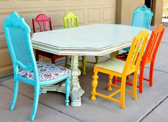 Cadeiras coloridas na decoração 006