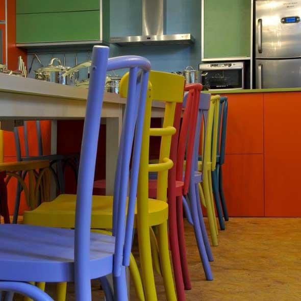 Cadeiras coloridas na decoração 008