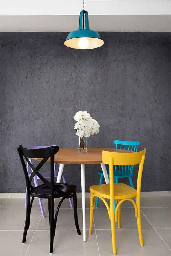 Cadeiras coloridas na decoração 009