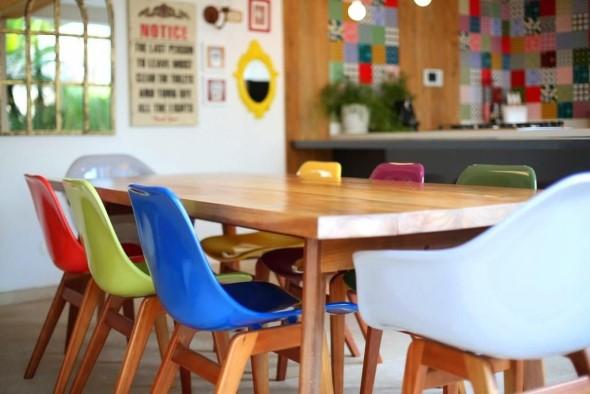 Cadeiras coloridas na decoração 012