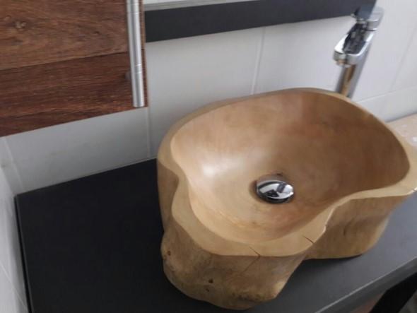 Madeira rústica na decoração do banheiro 007