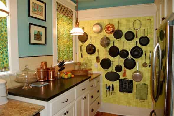 Utensílios de cozinha nas paredes 001