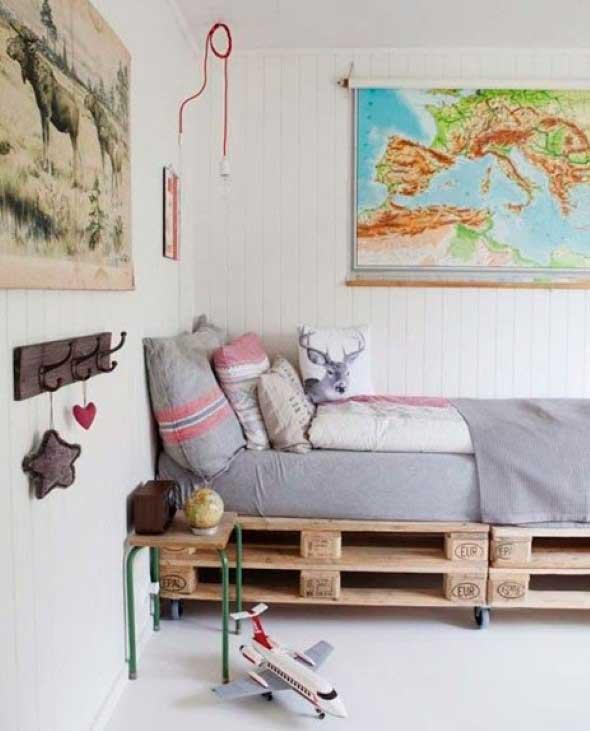 Cama de paletes no quarto 010