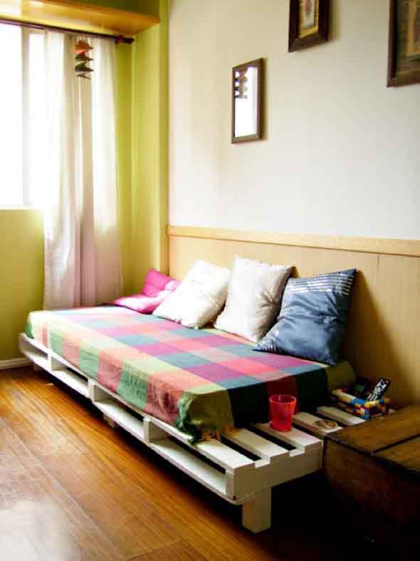 Cama de paletes no quarto 011