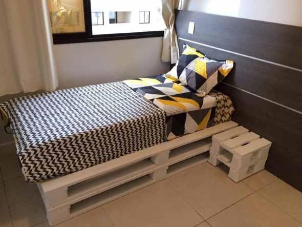 Cama de paletes no quarto 012