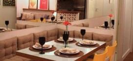 Poltronas, bancos e sofás na sala de jantar