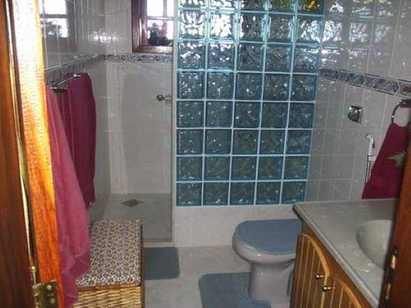 Tijolos de vidro na decoração do banheiro 001
