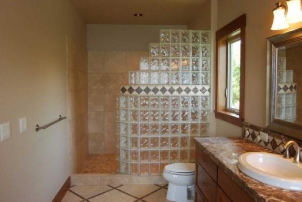 Tijolos de vidro na decoração do banheiro 004