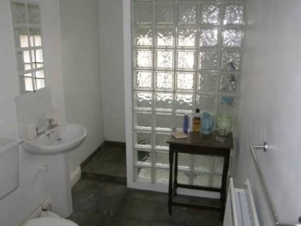 Tijolos de vidro na decoração do banheiro 005