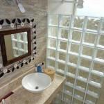 Tijolos de vidro na decoração do banheiro 012