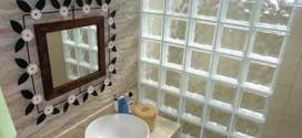 Tijolos de vidro na decoração do banheiro