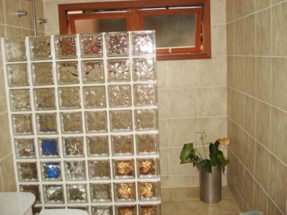 Tijolos de vidro na decoração do banheiro 014