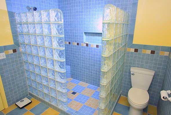 Tijolos de vidro na decoração do banheiro 016