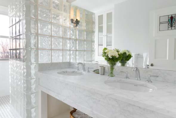 Tijolos de vidro na decoração do banheiro 018
