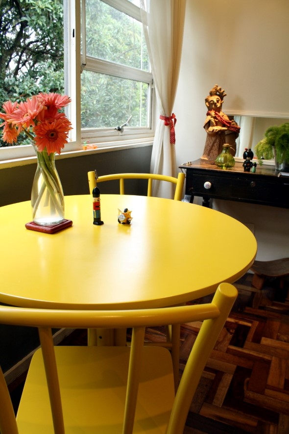 Usar mesas amarelas na decoração 001
