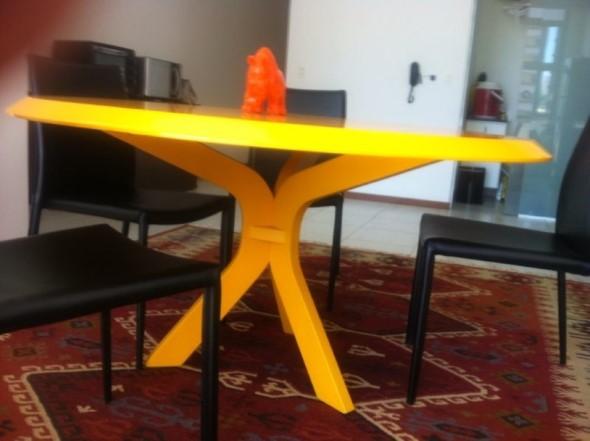 Usar mesas amarelas na decoração 010