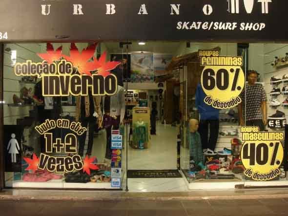 Decorar vitrine de loja de roupa masculina 006