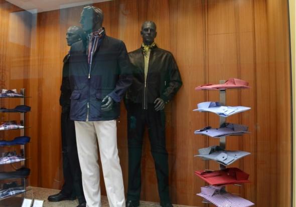 Decorar vitrine de loja de roupa masculina 014